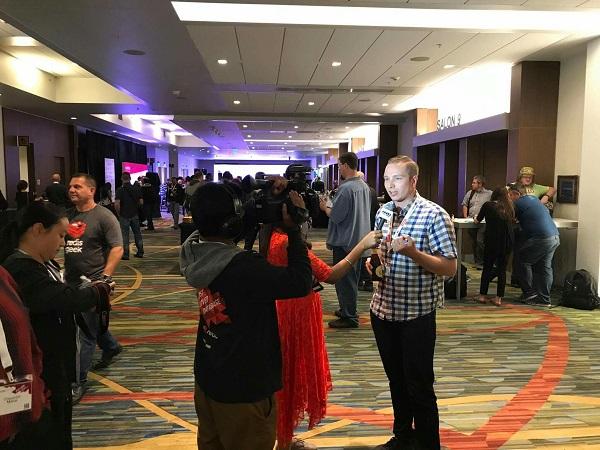 Я даю интервью на конференции